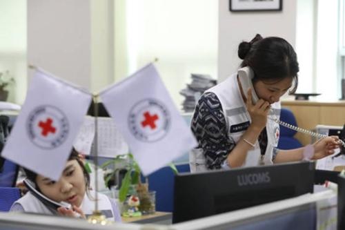 大韓赤十字社は17日、離散家族再会のための赤十字会談を8月1日に開催することを北朝鮮に公式提案した。この日、ソウル南山洞の赤十字社で南北交流チームの職員が再会に関する電話相談をしている。