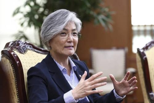 17日、中央日報とのインタビューで外交懸案を説明している康京和外交部長官