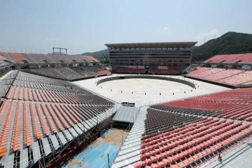 9月に完工する予定の平昌五輪プラザ。来年2月、平昌冬季五輪と3月冬パラリンピックの開閉会式など計4回の行事がここで開かれる。
