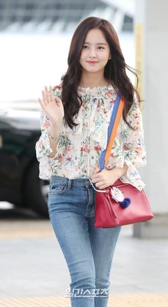 29日午後、仁川国際空港で取材陣に対してポーズを取っている女優のキム・ソヒョン。