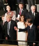 7日(現地時間)、G20の首脳夫妻がエルプフィルハーモニー・コンサートホールで上演された公演を観覧した。公演開始前、ドナルド・トランプ米大統領が文在寅大統領の手を強く握っている。