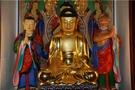 東国寺大雄殿に安置されている塑造釈迦如来三尊像。朝鮮時代の僧侶・應梅が1650年に木に粘土を盛り上げて作った。仏像とその中に入っている腹蔵遺物は2011年9月に宝物第1718号に指定された。(写真提供=群山市)