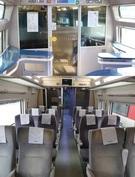 KORAILはKTX-山川にあるスナックバー(写真の上)を取り壊して座席12席を設置する方式で改造(写真の下)をして最近国土交通部から制止された。新しく設置された椅子の色と形が最前列の既存の座席と違う。(写真=KORAIL)