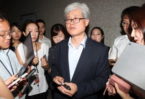 呉泰奎(オ・テギュ)慰安婦合意検討タスクフォース(TF)委員長が31日、ソウル外交部庁舎で第1回会議の結果を発表した後、記者らの質問に答えている。
