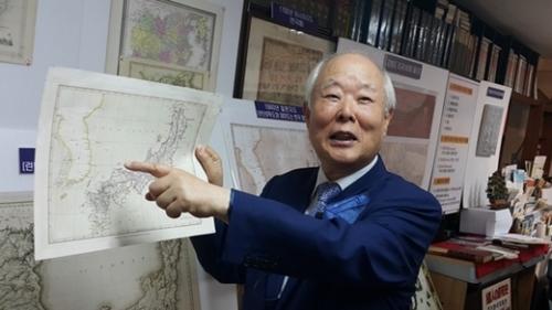 チョン・ソング院長が、独島が韓国領土に表記された西洋の古地図(1840年英国ロンドン発行)を指している。