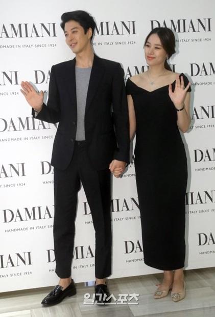 11日午後、ソウル新世界デパート江南店で開かれたジュエリーブランドのイベントに登場した俳優イ・ドンゴンと女優チョ・ユニ。