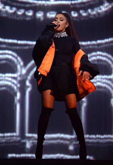 15日、高尺スカイドームで初の来韓公演を開催した米ポップ歌手のアリアナ・グランデ。保安を理由にソウル公演の写真撮影を許可しなかった。3rdアルバム『デンジャラス・ウーマン』発売後、同名のタイトルで行っているツアーの様子。(写真提供=現代カード)
