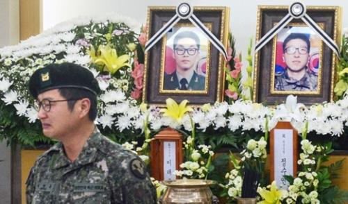 21日、京畿道城南市国軍首都病院でK-9自走砲射撃訓練中に爆発事故で殉職した故イ・テギュン上士と故チョン・スヨン上等兵の合同告別式が行われた。故イ上士の同僚であるソク・ヒョンギュ中士が追悼の辞を終え、席に戻りながら涙を浮かべている。