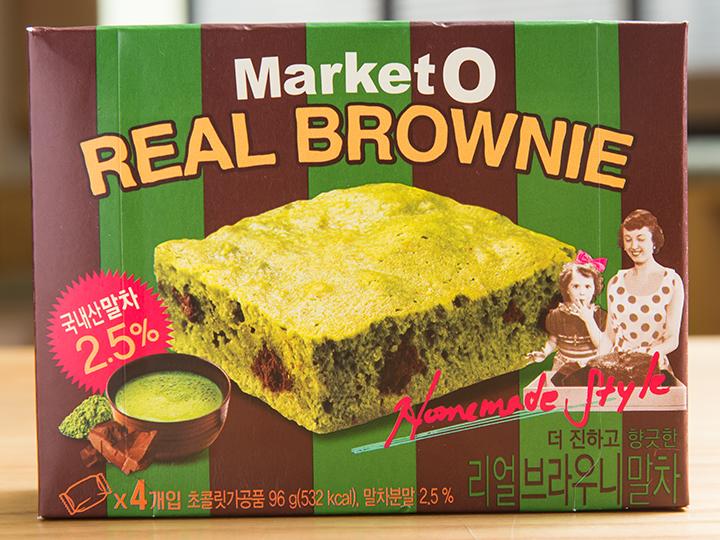 職場や友人へ配る韓国のお土産として重宝するのが、個包装のお菓子。人気の「Market O リアルブラウニー(マケッオ リオルブラウニ)」(オリオン製菓)に昨年グリーンティーラテ味(4個入り、3,000ウォン)が加わりました。