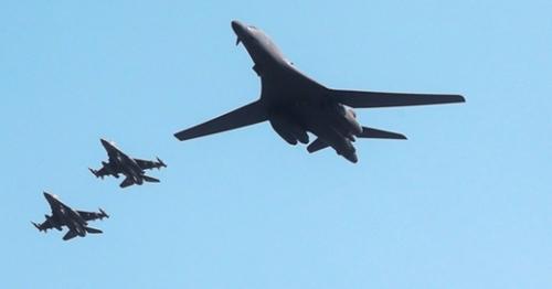 米国戦略爆撃機B-1B(右)。(写真=中央フォト)