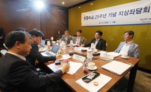 KOTRAの主催で22日、韓中国交正常化25周年「ポストTHAAD時代」座談会が開かれた。左からイ・ムンヒョン崇実大グローバル通商学科教授、ハン・ウドク中央日報中国研究所長、ファン・ジェウォンKOTRA北東アジア事業団長、パク・グンテCJ大韓通運代表、ユン・ウォンソクKOTRA情報通商協力本部長、キム・シジュン西江大国際大学院長。