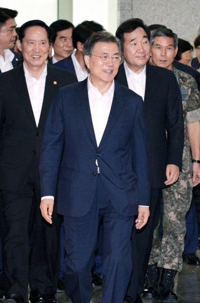 文在寅(ムン・ジェイン)大統領が28日、政府ソウル庁舎で行われた国防部の業務報告で「軍が自ら軍隊文化を刷新する革新の努力が必要だ」と述べた。左から宋永武(ソン・ヨンム)国防部長官、文大統領、李洛淵(イ・ナギョン)首相、鄭景斗(チョン・ギョンドゥ)合同参謀議長。(写真=青瓦台写真記者団)