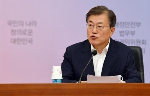 文在寅大統領が28日、政府ソウル庁舎別館で行政安全部、法務部、国民権益委員会の核心政策討議に出席し、冒頭発言を行っている。
