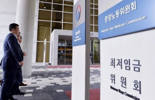 チェ・スンジェ小商工人連合会長と関係者らが7月28日、政府世宗庁舎の雇用労働部を訪問し、2018年度最低賃金異議提起書を提出するため庁舎に入っている。