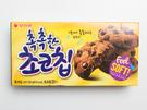 「しっとりチョコチップクッキー(チョッチョッカンチョコチッ)」(オリオン製菓、6個入り、1,000ウォン)は、柔らかい食感のクッキーに、大きなチョコチップが入っており、甘いもの好きにはたまらない一品。韓国のお土産選びに迷ったら、便利な個包装のお菓子に注目してみてはいかがでしょうか?