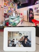 狎鴎亭のシリアルカフェ「ミッドナイトシリアル・ミッドナイトカフェ」では、お店のカウンター前(写真上)でRAP MONSTERとJ-HOPEが写真を撮っていたのがファンのブログで話題になりました。同じく狎鴎亭のカフェ「THE MIN'S(ド ミンス)」(写真下)もメンバー全員が訪れたとして、ファンの巡礼地の1つとなっています。