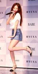 29日午後、ソウル漢南洞ブルースクエアで開かれた6thミニアルバム『Following』記者懇談会でタイトル曲の振りつけポイントを紹介している歌手のヒョナ。