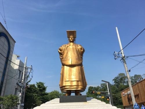 純宗の銅像。