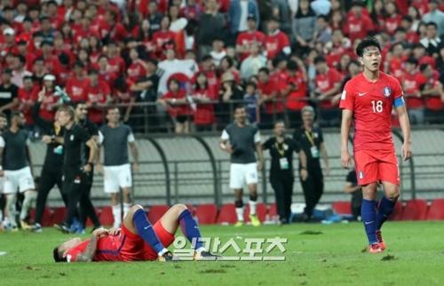 申台龍(シン・テヨン)監督が率いるサッカー韓国代表が31日午後9時、ソウルW杯競技場でイランと2018ロシアW杯アジア最終予選第9戦を行った。引き分けで試合を終えた後、金英権(キム・ヨングォン)が悔しそうな表情を見せている。