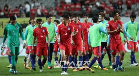 申台龍(シン・テヨン)監督が率いるサッカー韓国代表が31日午後9時、ソウルW杯競技場でイランと2018ロシアW杯アジア最終予選第9戦を行った。引き分けで試合が終わった後、選手たちが悔しそうな表情を見せている。