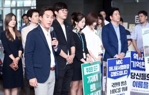 ユン・イングKBSアナウンサー(左から2番目)が31日、ソウル上岩洞MBC社屋を訪問して製作拒否に出たMBCアナウンサーを励ましている。KBSとMBCの労組は4日から公営放送の正常化と経営陣の辞退を要求し、いっせいにストライキに突入する。2大公営放送の労組が共にゼネストに出るのは2012年以降5年ぶりだ。
