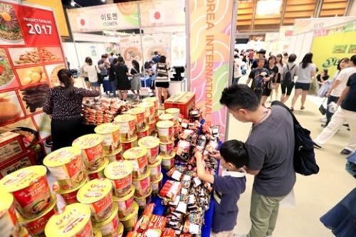 10日、ソウル三成洞COEXで開催された「2017大韓民国ラーメン博覧会」で、フィリピンのブースを訪れた観覧客が商品を手に取って見ている。