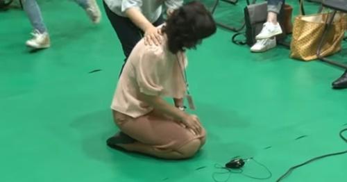 5日、ソウル江西区のタプシン小学校で開かれた「江西地域公立特殊学校新設2次住民討論会」で、障害者の母がひざまずいて特殊学校の設立を訴えている。(中央フォト)