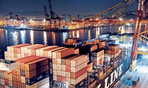 景気好調を牽引してきた輸出が下半期に入り鈍化の兆しを見せている。コンテナ貨物の船積みで忙しい釜山港神仙台埠頭が明るく火を灯している。