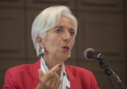国際通貨基金(IMF)のラガルド専務理事が11日、ソウル中区のプレスセンターで記者会見し、女性の経済活動と寄与度に関するIMFの研究論文を集めた冊子を見せている。