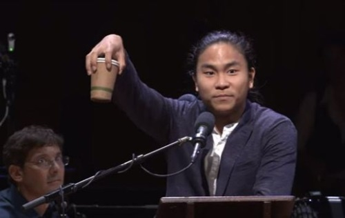 コーヒーカップを手にして歩く時、コーヒーをこぼす現象を研究した韓国人が「変わり者ノーベル賞」と呼ばれるイグノーベル賞を受けた。ハーバード大学科学のユーモア雑誌「AIR(Annals of Improbable Research)」は14日(現地時間)夕方、ハーバード大学サンダース劇場でことしのイグノーベル賞授賞式を開催したと明らかにした。(写真=YouTube)