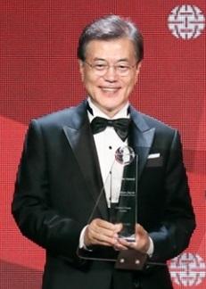 文在寅大統領が19日午後(現地時間)、アトランティック・カウンシル主催の「グローバル市民賞」を受賞した。