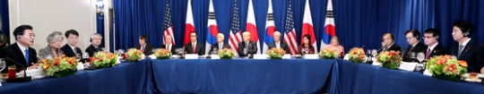 文在寅大統領、トランプ米大統領、安倍晋三首相の3カ国首脳と参謀が21日(現地時間)米ニューヨークパレスホテルで北朝鮮の挑発に対する協調について議論した。