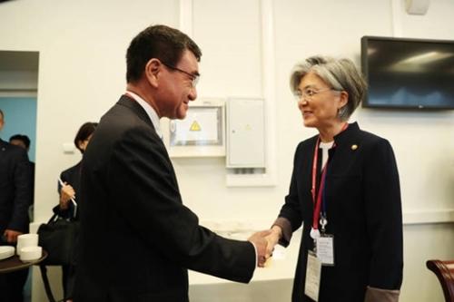 第3回東方経済フォーラムに参加中の韓国の康京和外交長官が今月7日午前、日本の河野太郎外相と握手をしている。(写真=青瓦台写真記者団)