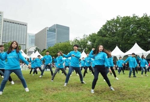 韓日交流おまつりで韓国訪問委員会の大学生笑顔国家代表30人が平昌冬季五輪の成功を祈ってフラッシュモブを披露している。
