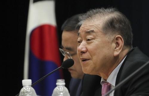 文正仁大統領統一外交安保特別補佐官が27日に国会で開かれた東アジア未来財団創立記念討論会「韓半島危機、どのように解決するのか」で発言している。左は金聖翰高麗大学国際大学院院長。
