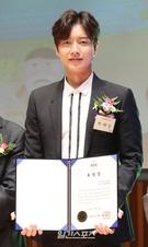 5日午前、ソウル市庁多目的ホールで開かれた「2017ソウル社会福祉大会授賞式」でソウル特別市長賞を受賞した俳優のパク・ヘジン。