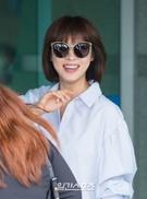 6日午後、到着した仁川国際空港で、明るい笑顔を見せている女優のハ・ジウォン。