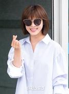 6日午後、到着した仁川国際空港で、ポーズを取っている女優のハ・ジウォン。