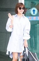 6日午後、到着した仁川国際空港で、取材陣に手を振っている女優のハ・ジウォン。