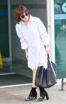 6日午後、到着した仁川国際空港で、取材陣に挨拶している女優のハ・ジウォン。