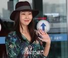 8日午前、仁川国際空港で取材陣にポーズを取っているモデルのハン・ヘジン。