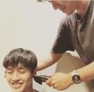 11日午後2時、忠清南道論山の陸軍訓練所に入所する俳優のカン・ハヌルは、同日午前、自身のSNSに友人がカットしてくれた丸刈り頭の写真を公開した。