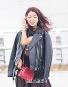 11日午前、仁川国際空港に到着し、取材陣に向けてポーズを取っている女優のパク・シネ。
