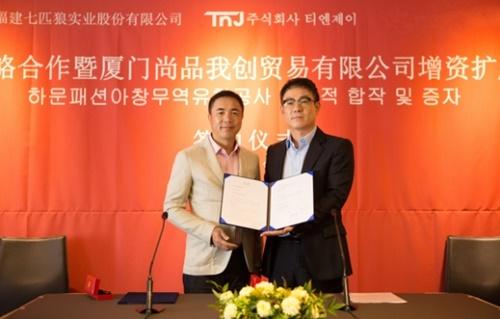 9月22日、合資調印式を行った中国企業「七匹狼」の周少雄会長(左)と韓国企業「TNJ」のイ・ギヒョン代表。(写真提供=TNJ)