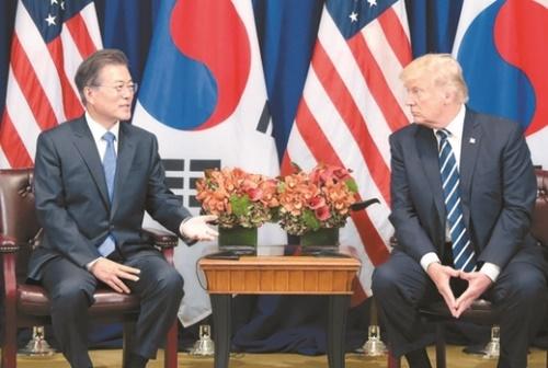 写真=文在寅大統領が先月21日午前(現地時間)、米国のロッテ・ニューヨーク・パレスでドナルド・トランプ大統領と韓米首脳会談を行っている。(写真=青瓦台写真記者団)