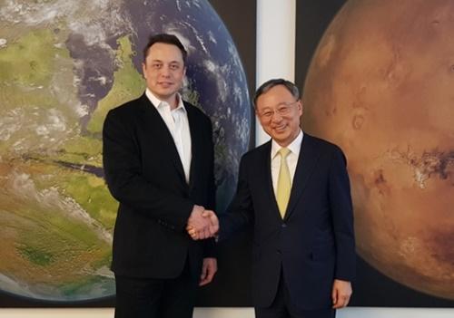 黄昌圭会長(右)が12日に米国でテスラのマスク会長と自動運転車での協力を提案した。(写真=KT)