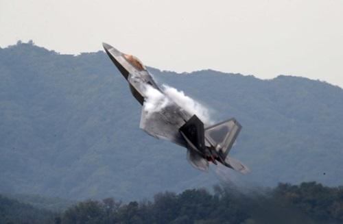 16日、京畿道城南市のソウル空港で開催された「ソウル国際航空宇宙および防衛産業展示会」プレスデー行事で、米国の最新鋭戦闘機F-22Aが機動飛行している。