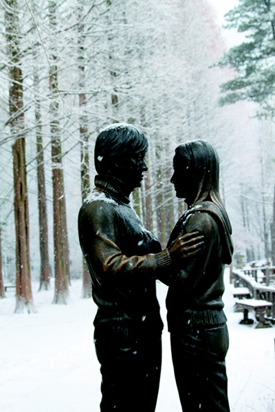 ドラマ『冬のソナタ』の銅像。(写真提供=南怡島)