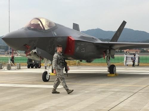 16日、ソウルADEX2017に登場した米空軍戦闘機F-35Aの周辺で警戒勤務中の米軍将兵(写真=パク・ヨンハン研究委員)