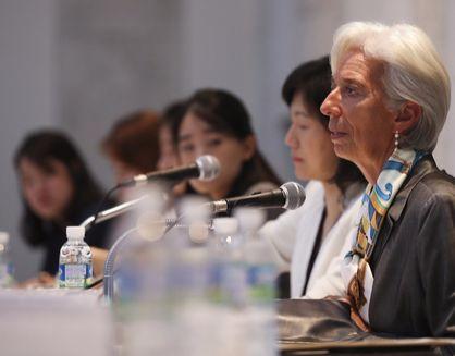 先月7日に梨花女子大学の討論会に参加したIMFのラガルド総裁(右)。